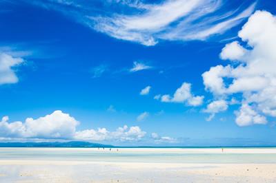 海は夏 空も雲も暑い